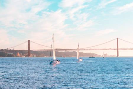 Lisabona: Croaziera in timpul zile/apus cu bauturi incluse, barca cu panze